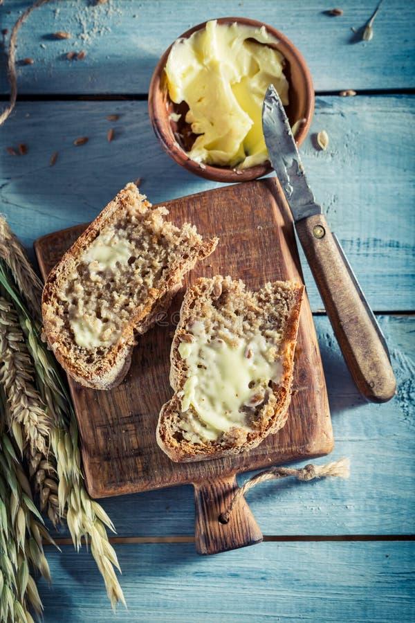 Pane saporito con burro per la prima colazione immagine stock