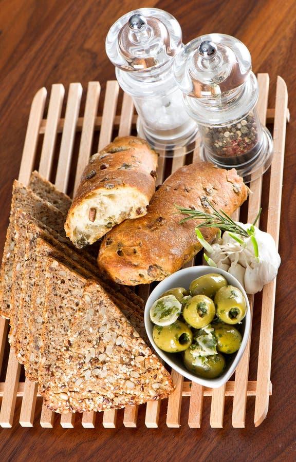 Pane saporito del granulo con le olive e le spezie fotografia stock