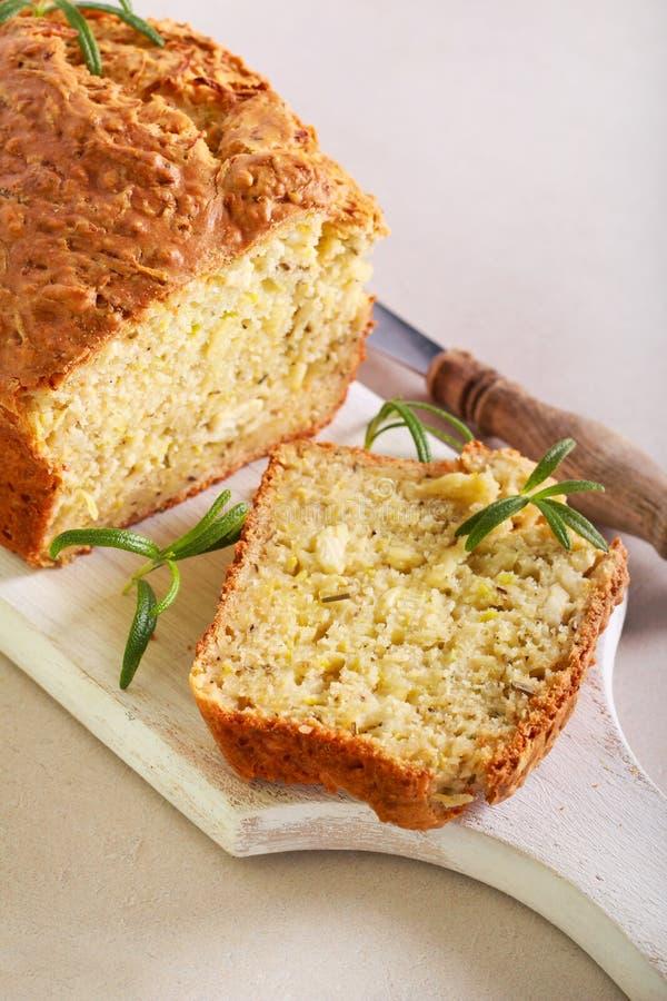 Pane saporito dello zucchini, dei rosmarini e del formaggio fotografia stock libera da diritti
