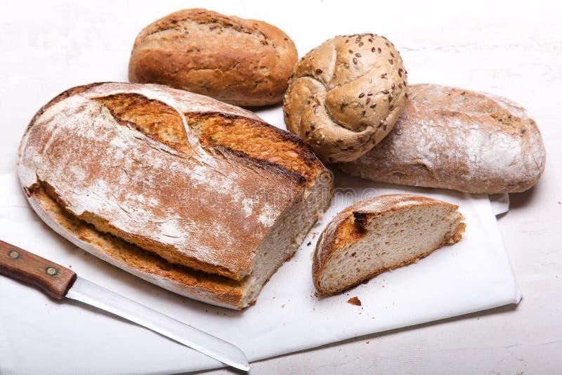 Pane scuro e panini su fondo bianco, spazio di copia fotografie stock libere da diritti