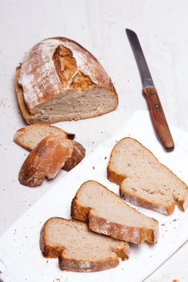 Pane scuro su fondo bianco, copia spazio Prodotti di panetteria, fotografie stock