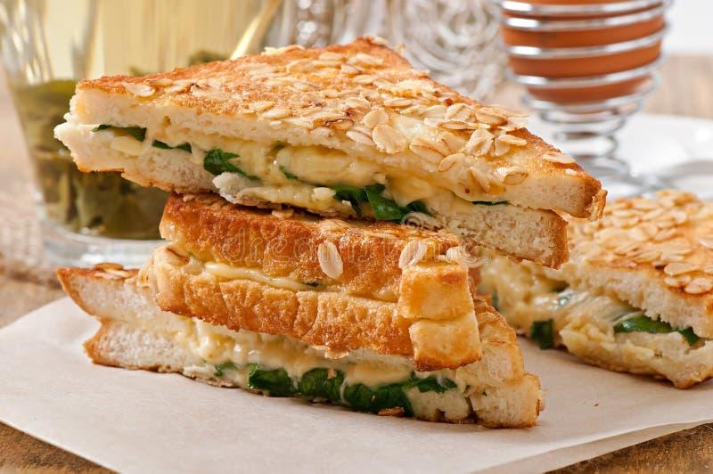 Pane tostato caldo con formaggio e spinaci fotografia stock