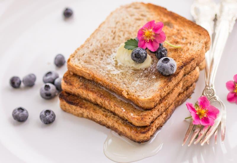Pane tostato casalingo con i mirtilli sciroppo d'acero e burro immagine stock libera da diritti