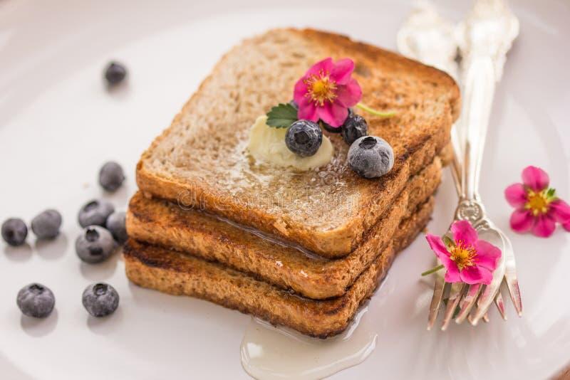 Pane tostato casalingo con i mirtilli sciroppo d'acero e burro fotografie stock