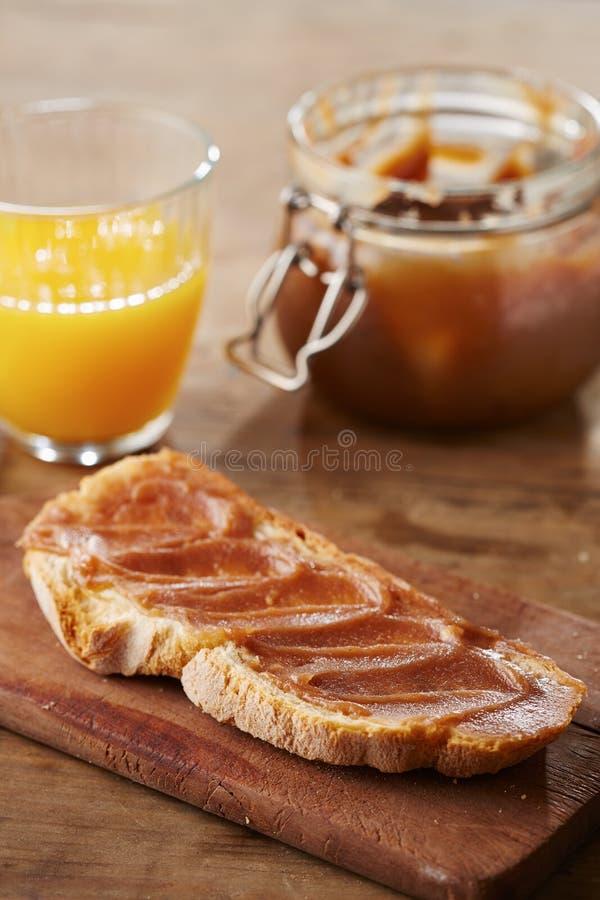 Pane tostato con creme de marrons immagini stock libere da diritti