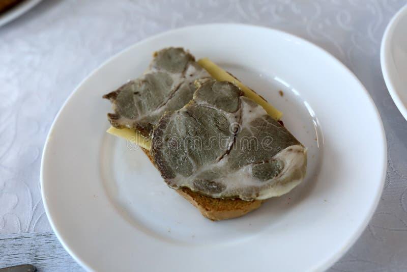 Pane tostato con formaggio e carne di maiale bollita immagini stock