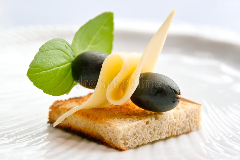 Pane tostato con formaggio ed oliva fotografie stock