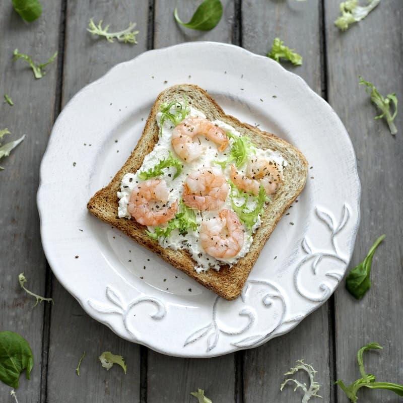 Pane tostato con i gamberetti immagini stock