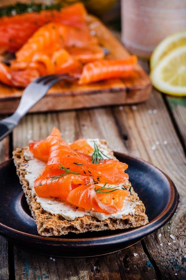 Pane tostato con i salmoni affumicati fotografia stock libera da diritti