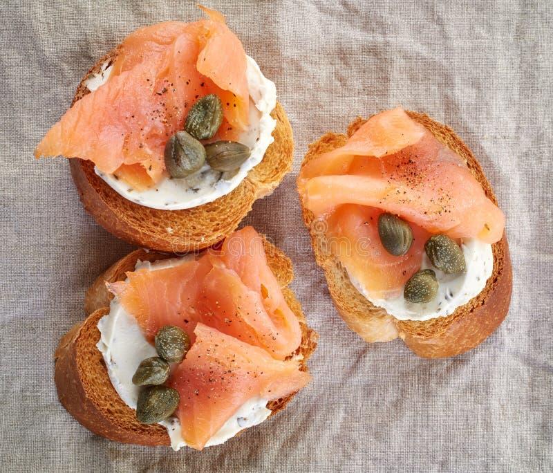 Pane tostato con il salmone affumicato immagine stock