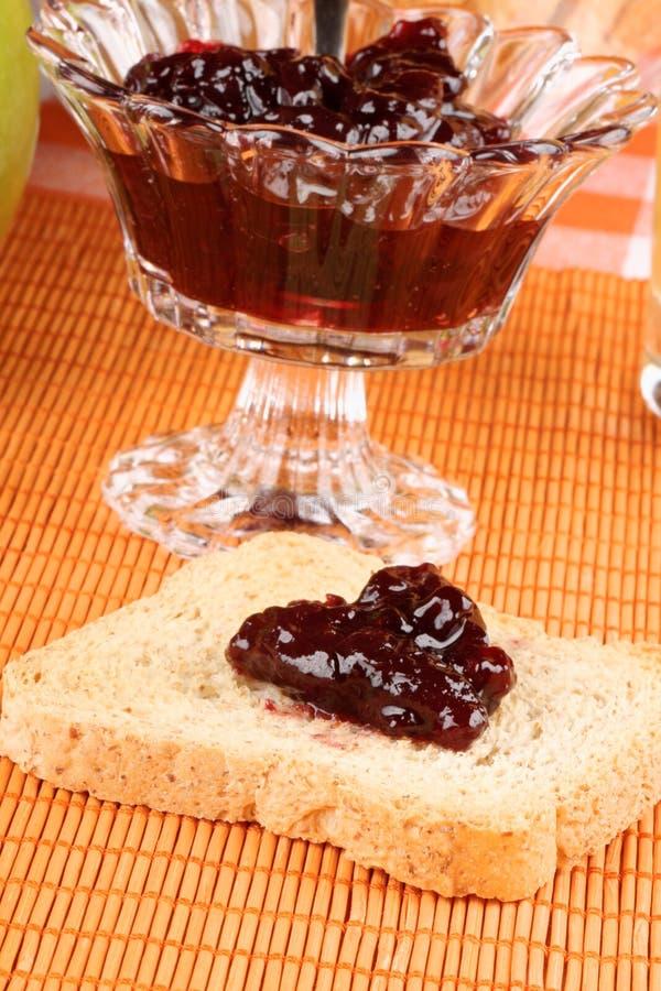 Pane tostato con la marmellata di amarene immagini stock