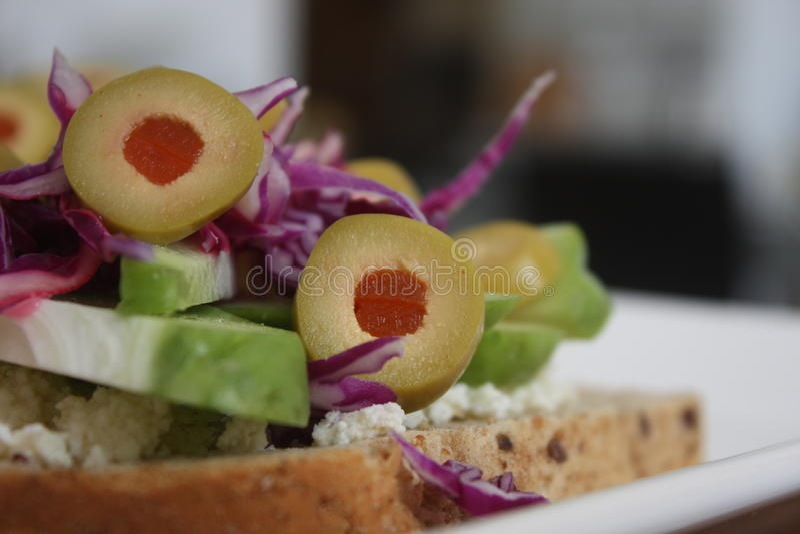 Pane tostato con le olive e le verdure immagini stock