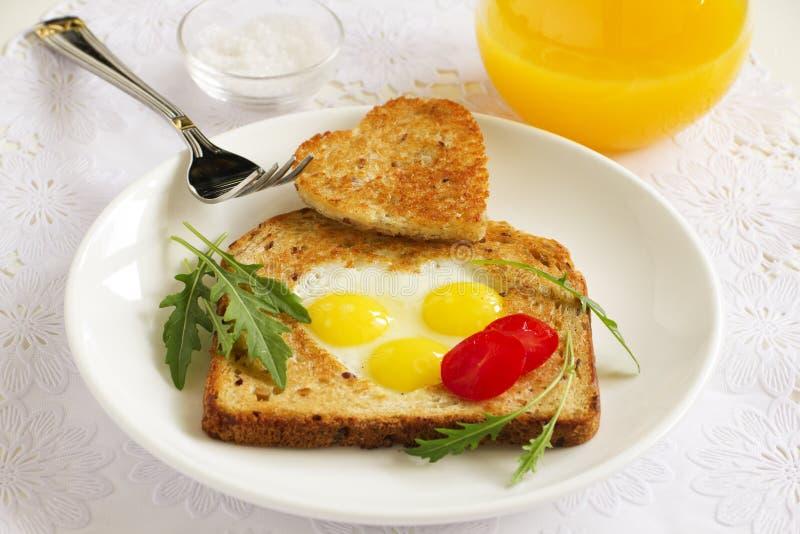 Pane tostato con le uova di quaglia nella forma immagini stock libere da diritti