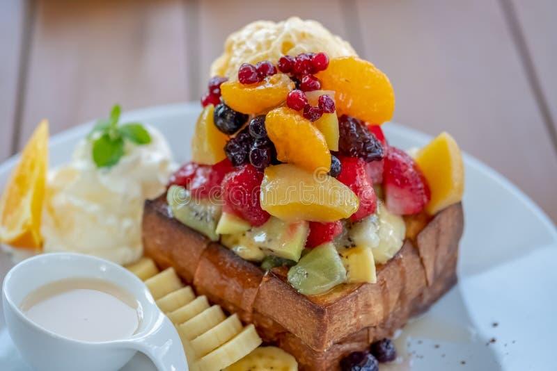 Pane tostato del miele con frutta mista immagine stock