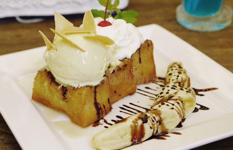 Pane tostato del miele con il servizio del creame del gelato alla vaniglia con i wi freschi della banana fotografia stock