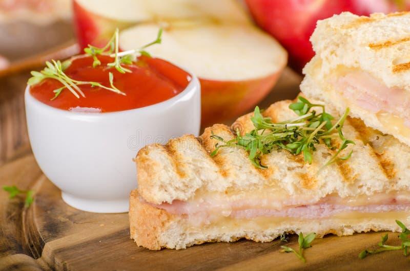 Pane tostato del prosciutto del formaggio di Panini, sandwitch fresco della mela immagine stock libera da diritti