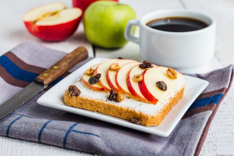 Pane tostato della crusca con formaggio, la mela e la frutta secca, prima colazione luminosa fotografie stock libere da diritti