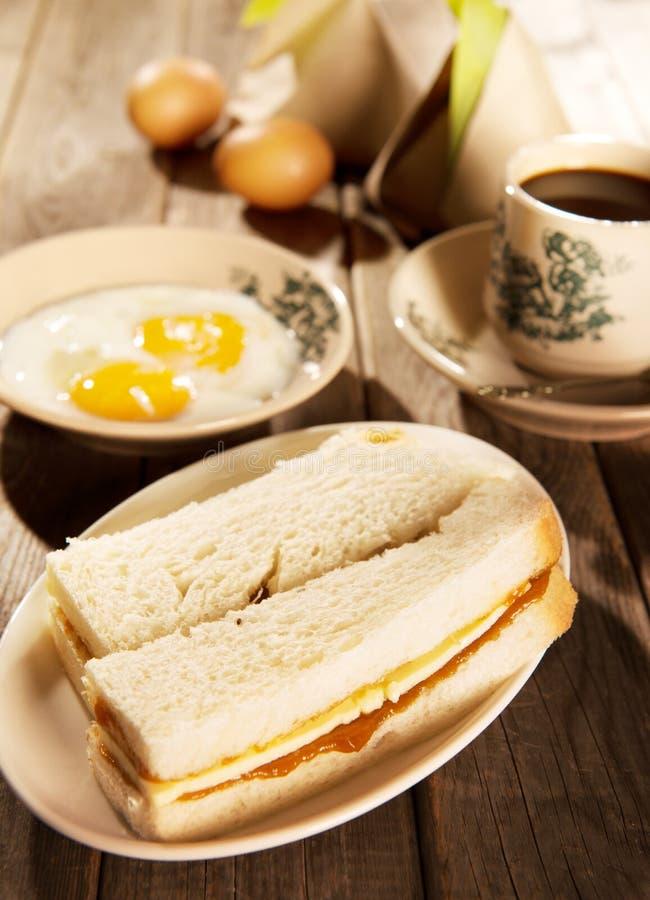 Pane tostato e caffè malesi tradizionali del burro di kaya della prima colazione fotografia stock libera da diritti