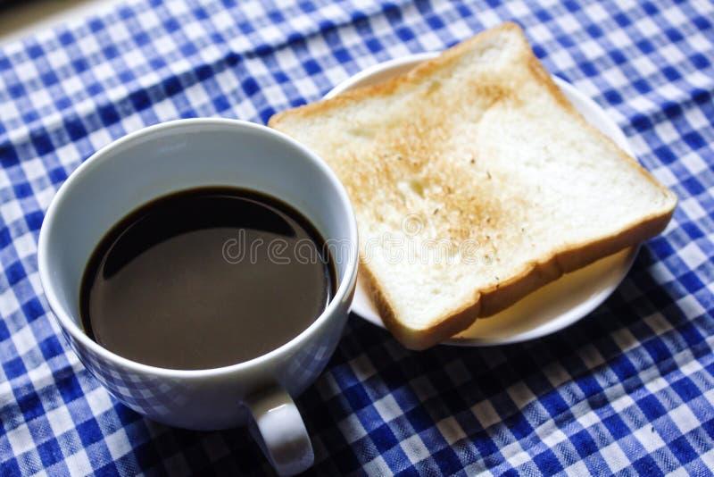 Pane tostato e caffè nero in vetro fotografia stock libera da diritti