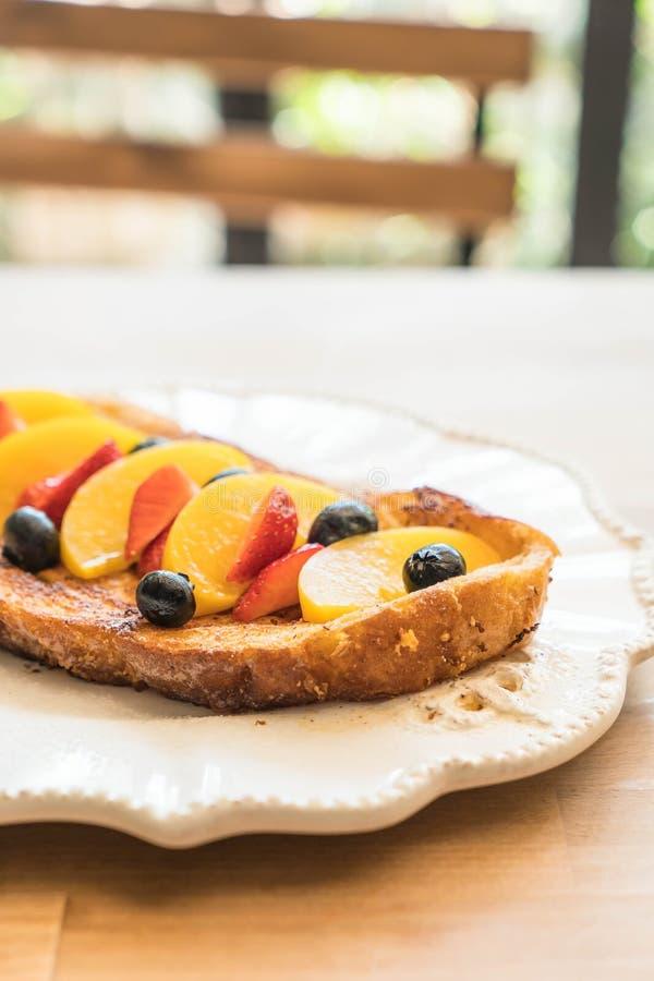 pane tostato francese con la pesca, la fragola ed i mirtilli immagine stock libera da diritti