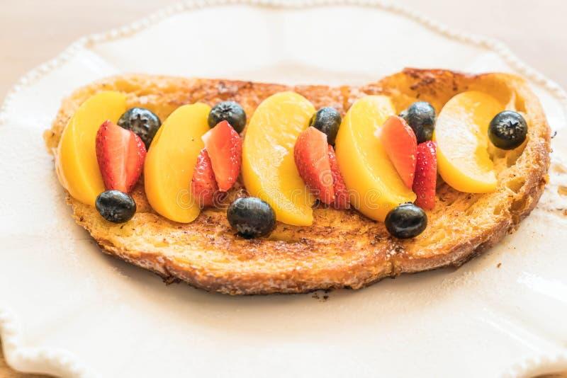 pane tostato francese con la pesca, la fragola ed i mirtilli fotografia stock libera da diritti