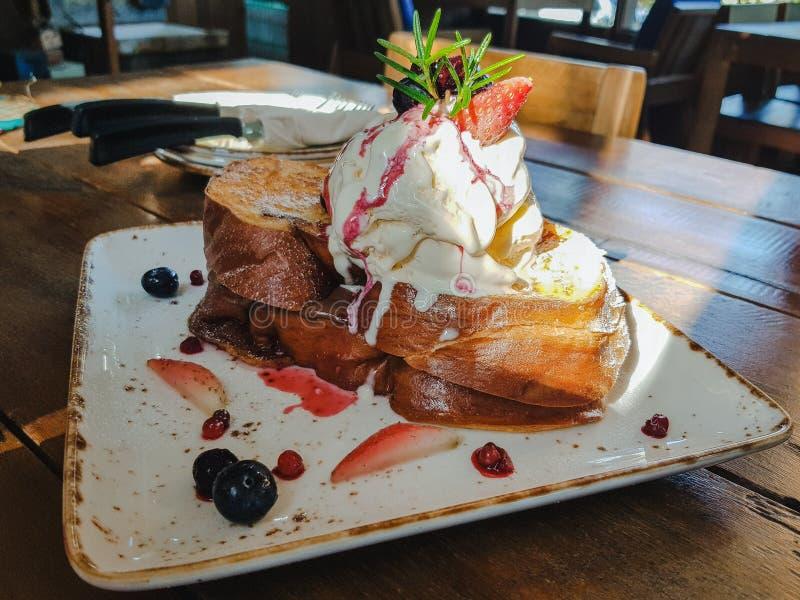 pane tostato francese del miele con la bacca & x28; fragola e blueberry& x29; , inceppamento del cioccolato e del gelato alla van immagini stock libere da diritti