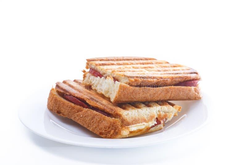 Pane tostato fritto con il riempimento dentro della salsiccia ed il formaggio fotografia stock