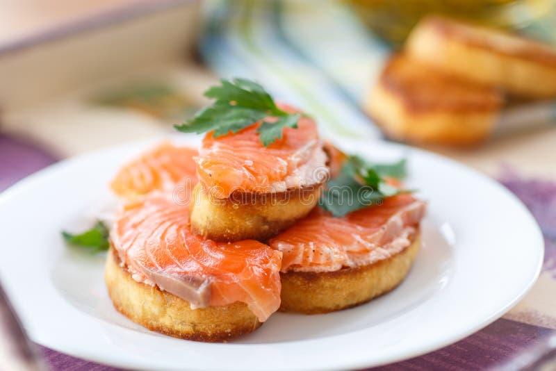 Pane tostato fritto con il salmone salato immagine stock libera da diritti