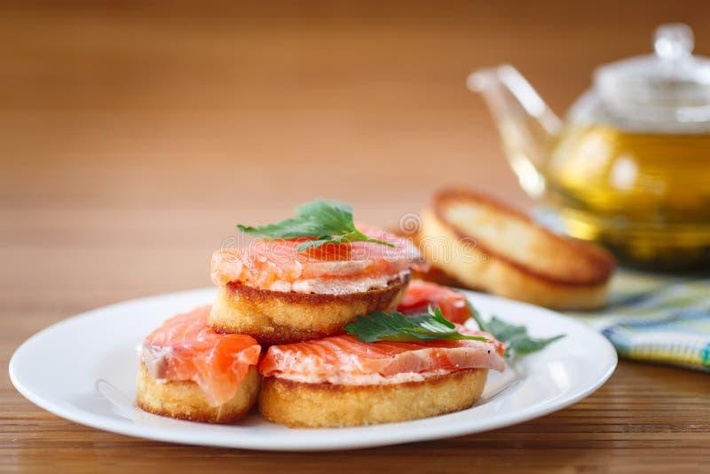 Pane tostato fritto con il salmone salato fotografia stock