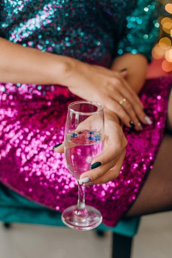 pane tostato rosso luccicante del champagne di vetro del vestito dalla donna immagine stock libera da diritti