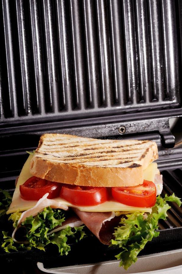 Pane tostato sulla griglia fotografie stock