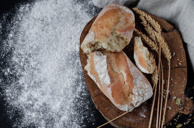 Pane tradizionale casalingo di recente al forno sulla tavola di legno rustica fotografia stock