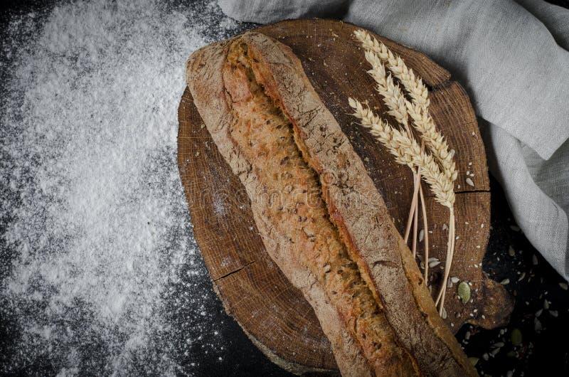 Pane tradizionale casalingo di recente al forno sulla tavola di legno rustica immagini stock