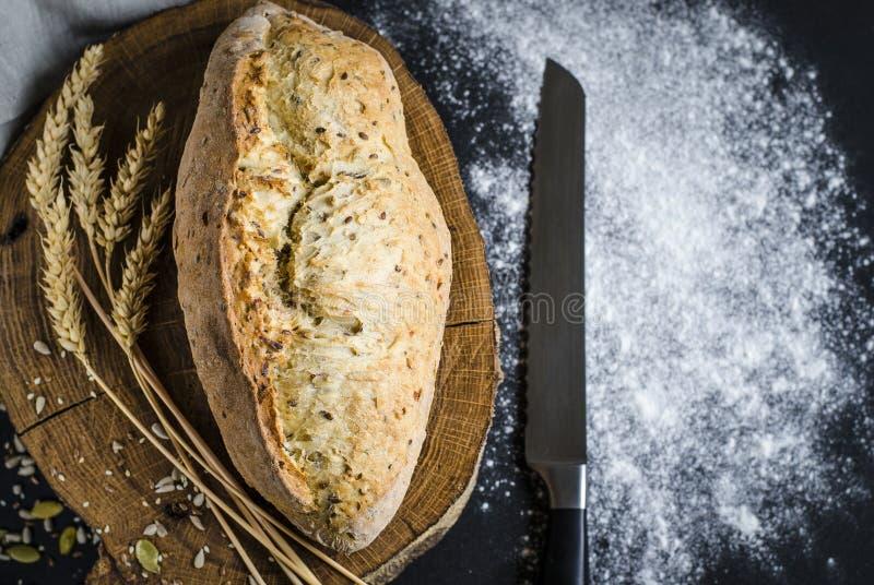 Pane tradizionale casalingo di recente al forno sulla tavola di legno rustica fotografie stock libere da diritti