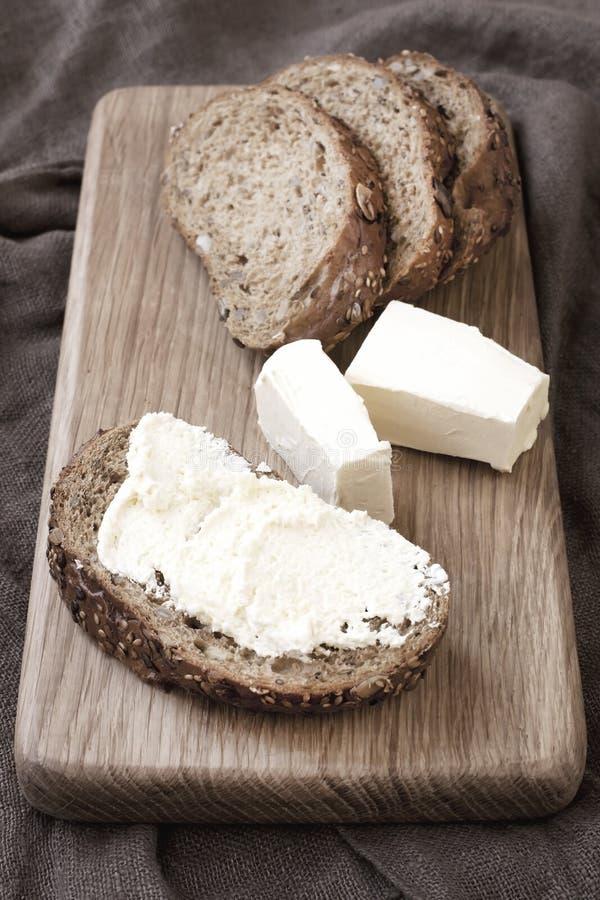 Pane tradizionale di recente cotto sul bordo di legno fotografia stock libera da diritti