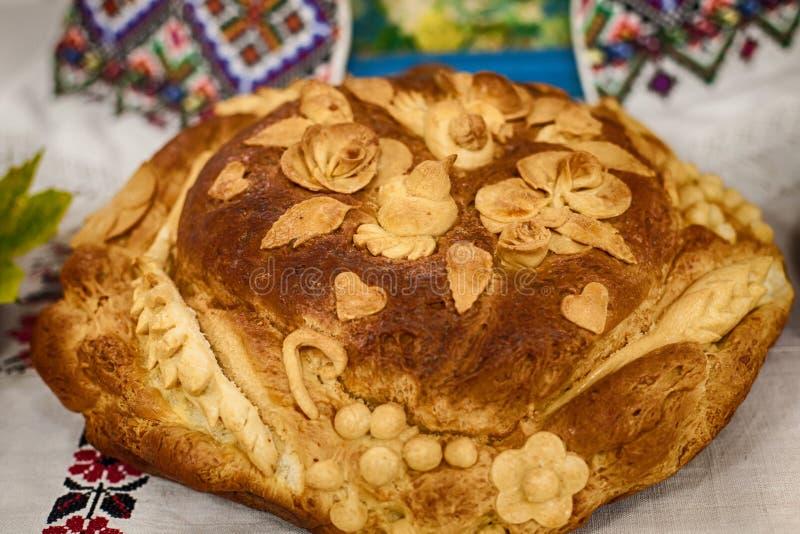 Pane ucraino tradizionale di nozze su un asciugamano del ricamo immagini stock libere da diritti