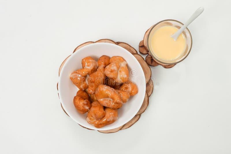 Pane a vara fritada da massa e o leite condensado Sweetened fotos de stock