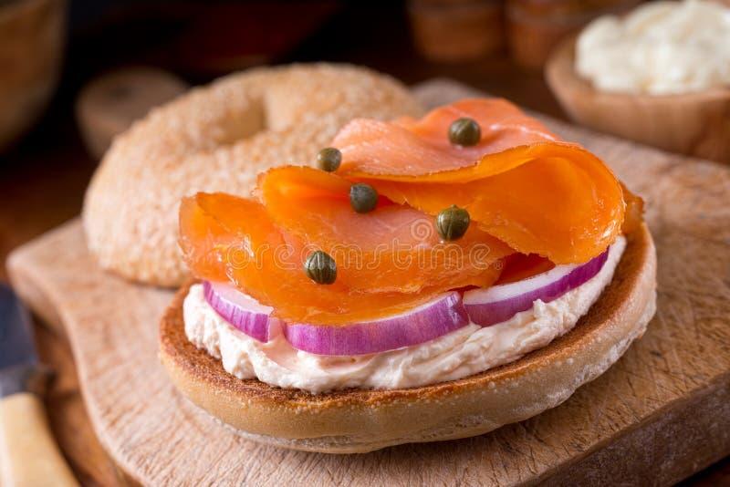 Panecillo de color salmón fumado fotos de archivo