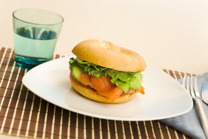 Panecillo de los salmones del desayuno imagen de archivo