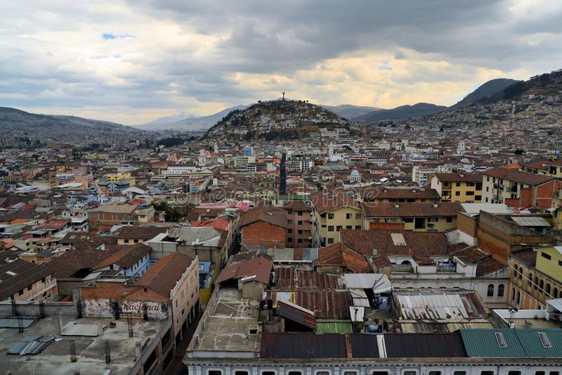 Panecillo kulle över Quito cityscape i Ecuador arkivbild