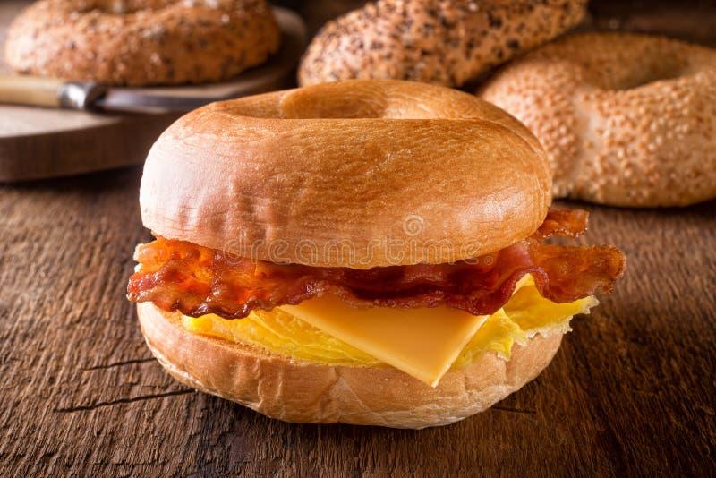 Panecillo tostado del desayuno imagenes de archivo
