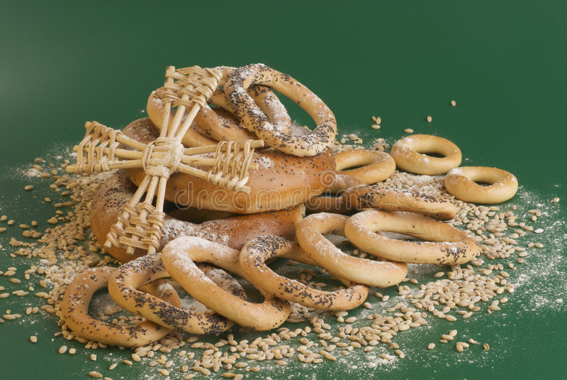 Panecillos, granos, harina y ventilador en verde. fotos de archivo libres de regalías