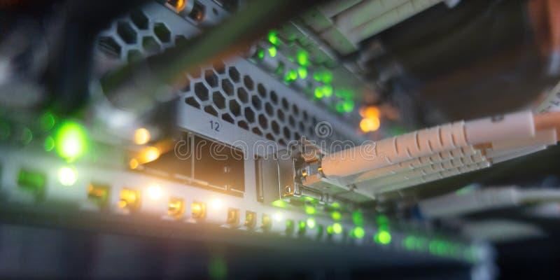 Paneel van het de kabelsflard van het vezel het optische netwerk en schakelaar Knippend inbegrepen weg Het beeld bevat lawaai stock afbeelding
