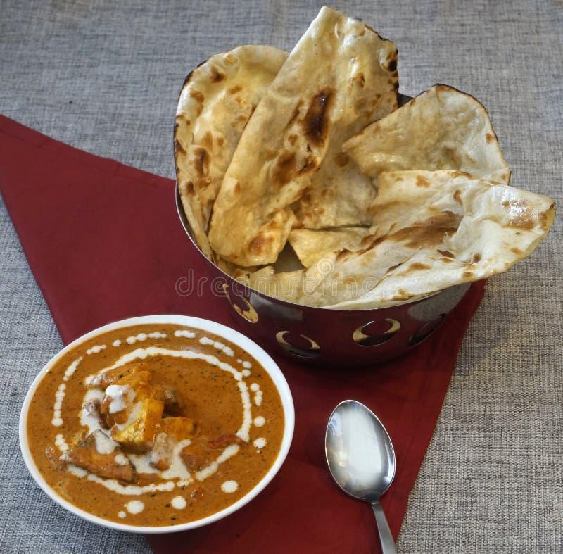 Paneer-Butter- masala Curry mit Butter-naan indischen Broten stockbilder
