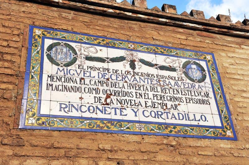 Panel av tegelplattor av vördnad till den universella författaren Miguel de Cervantes, Seville, Spanien royaltyfria bilder