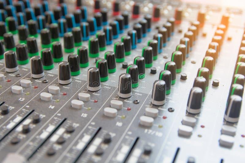 Panel de control audio del mezclador de sonidos Botones de la consola de los sonidos para ajustar el volumen fotos de archivo