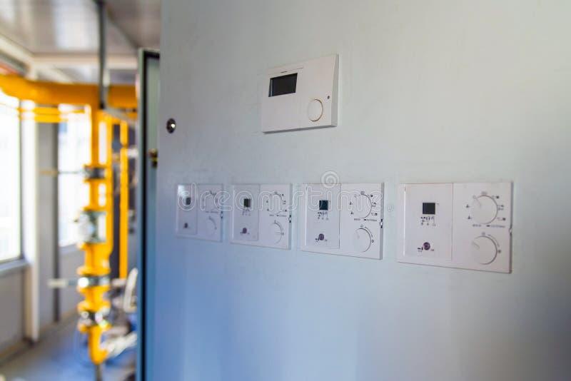 Panel de control de automático en la caja eléctrica en sala de calderas de gas foto de archivo