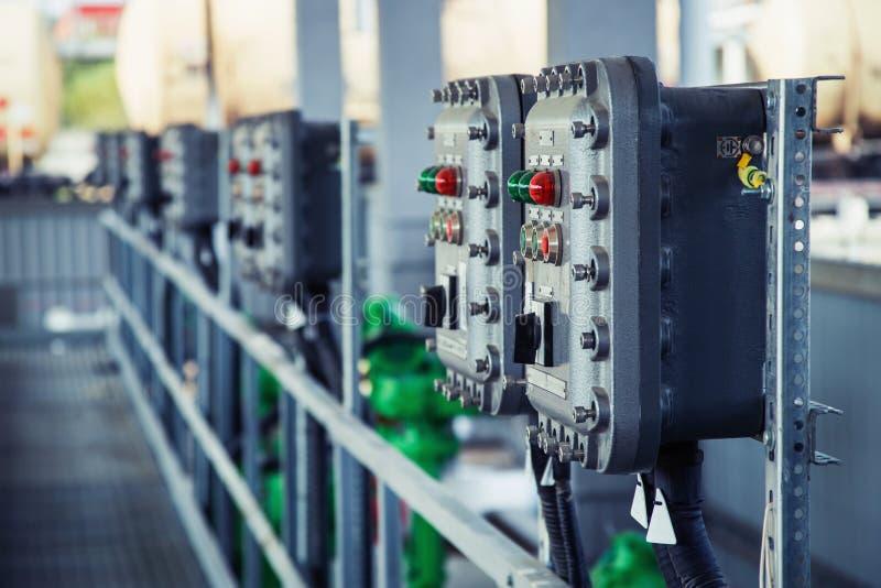 Panel de control con los interruptores y las lámparas foto de archivo