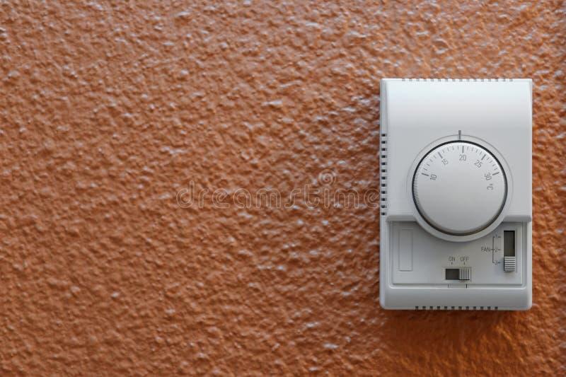 Panel de control del aire acondicionado en la pared foto de archivo