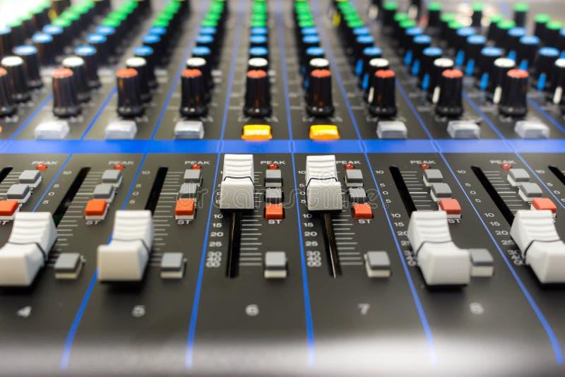 Panel de control del mezclador de sonidos imágenes de archivo libres de regalías